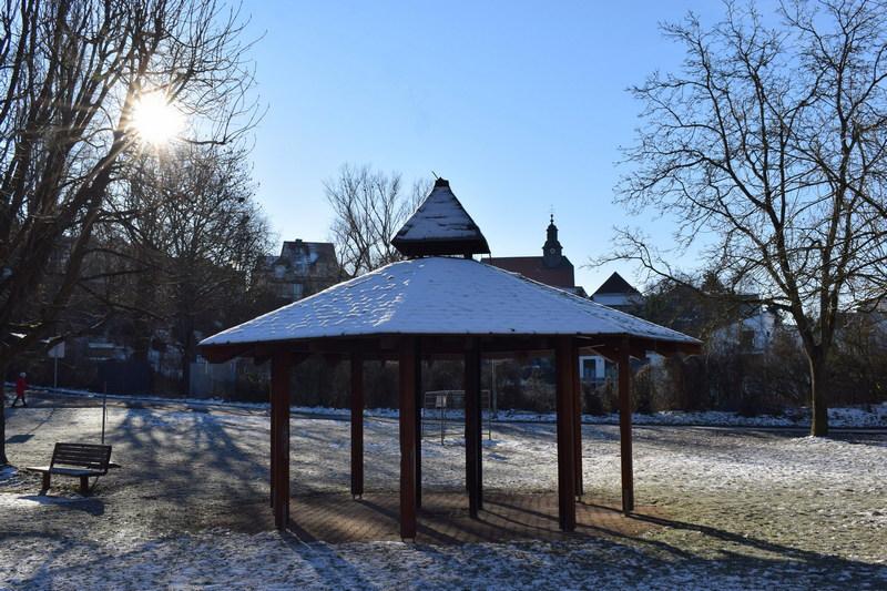 Burgholzhausen Spielplatz Kirche Wintersonne
